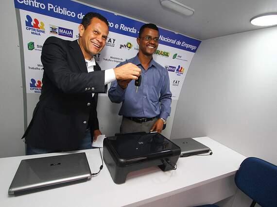 Prefeito Donisete Braga entrega unidade movel para a secretaria de trabalho e renda em Maua.
