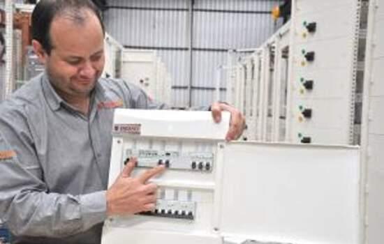 Engenheiro Eletricista Fábio Amaral mostra DR em um quadro elétrico residencial. Dispositivo interrompe choque elétrico.
