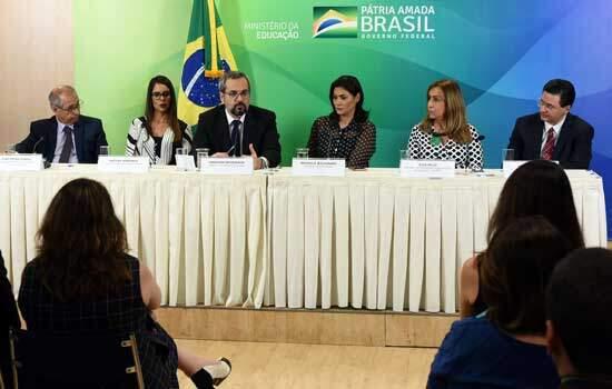 Protocolo de intenções assinado nesta terça-feira, 29, contou com a presença da primeira-dama da República, Michelle Bolsonaro - Continue lendo