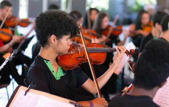 Jovens entre 11 e 18 anos fazem parte da Orquestra
