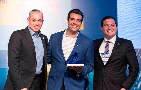 Prof. Pedro Lyra (ao centro) recebe troféu das mãos de César Peres (à esquerda), diretor de Marketing e Vendas da Gerdau, e de Rafael Timerman (à direita), diretor de Tecnologia e Qualidade da ABECE