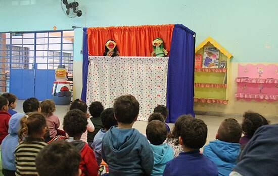 Alunos da E.M Angelina Denadai Bertoldo assistem apresentação dos fantoches da Turminha da Guarda