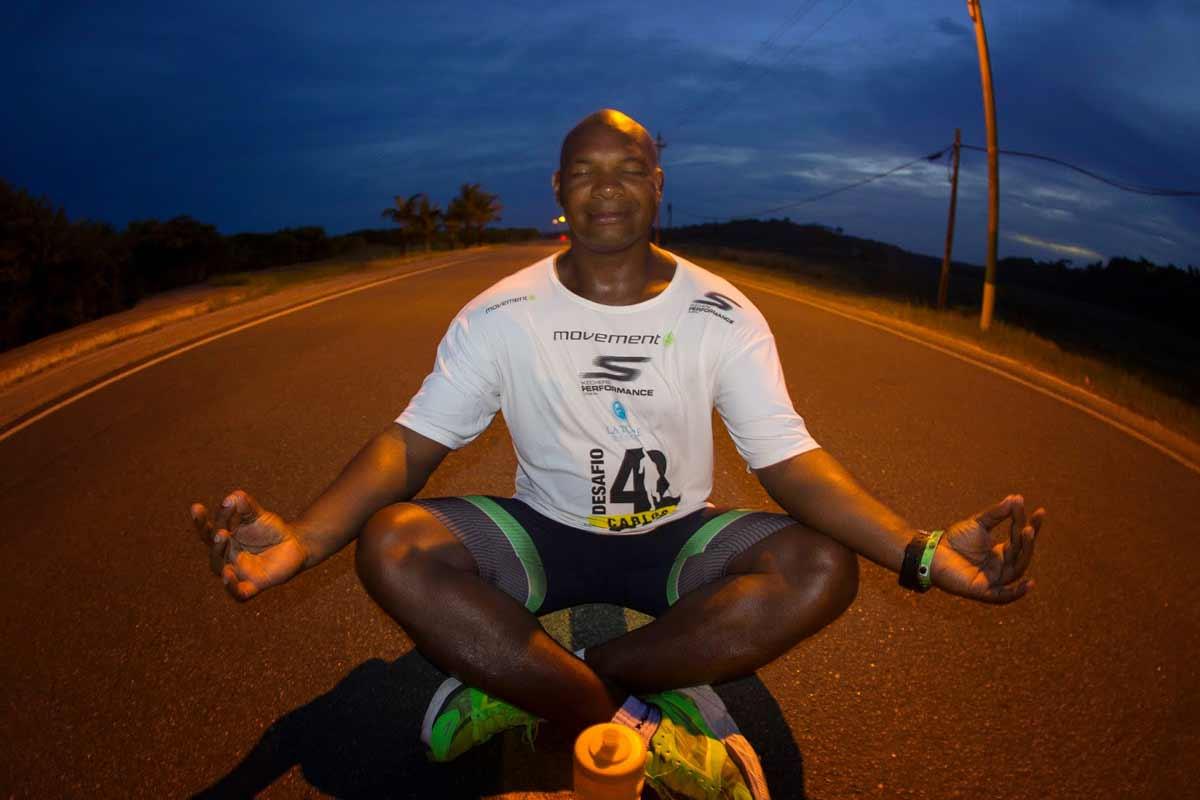 ultramaratonista Carlos Dias completa 42 maratonas em 42 dias quando completou seus 42 anos