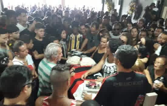 Zagueiro Arthur é enterrado em Volta Redonda ao som de palmas e do hino do Flamengo