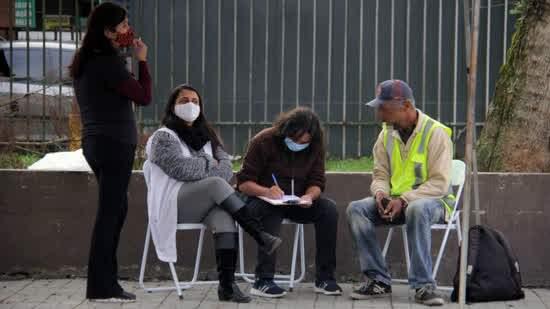 Equipe da SAPIS aborda morador em situação de rua