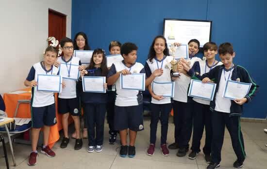 Alunos de Ribeirão Pires premiados em olimpíadas recebem medalhas