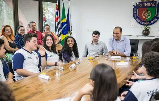 Prefeito José Auricchio Júnior com alunos das escolas Alcina Dantas Feijão e 28 de Julho