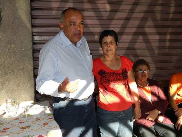 Ana do Carmo e Tião Mateus em reunião com os moradores