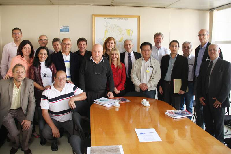 Oswana e Carlos Grana (ao fundo) com representantes do APL Metalmecânico.