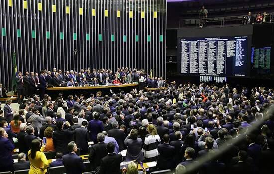 Texto-base da reforma foi aprovado no início da noite, com aplausos e choro de Rodrigo Maia e protestos da oposição ao governo