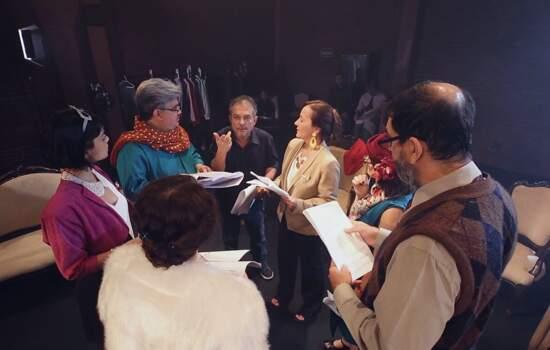 O diretor e dramaturgo João Falcão conduz os atores durante a leitura do texto