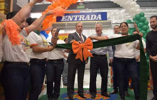 Prefeito Adler Teixeira durante inauguração da nova unidade do Atacadão, em Ribeirão Pires