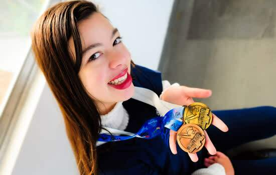 Catarina Lima mostra medalhas que ganhou no México.