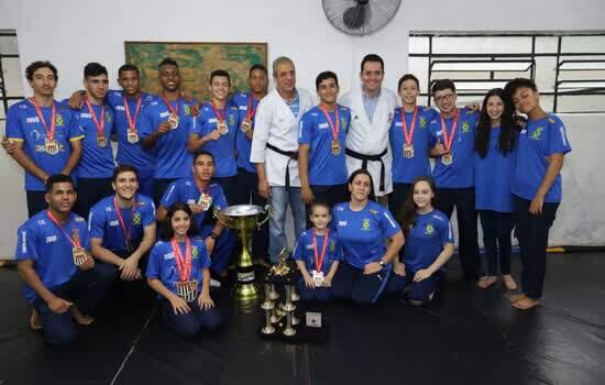 Atletas de karatê e judô de Santo André recebem homenagem