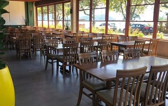 No primeiro dia de abertira de restaurantes, poucos clientes apareceream