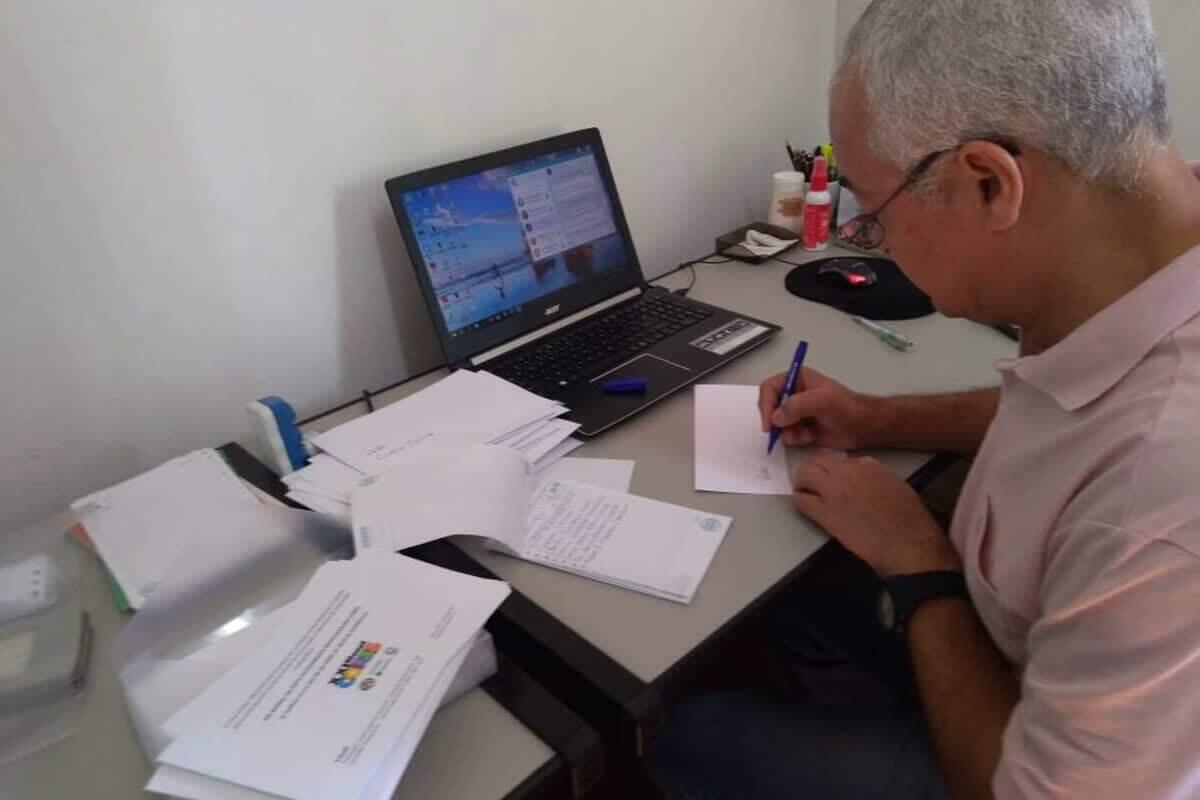 Presidente do Fotoclube ABCclick faz a checagem das inscrições