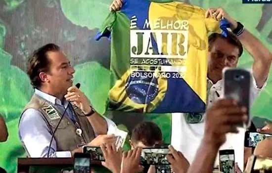 O presidente Jair Bolsonaro exibe camiseta com a frase 'É melhor Jair se acostumando. Bolsonaro 2022'