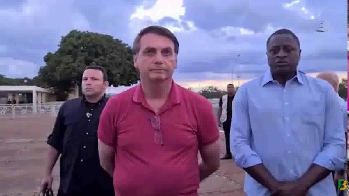 Bolsonaro no Palácio da Alvorada, acompanhado de grupos religiosos que fizeram orações contra a pandemia neste domingo, 5