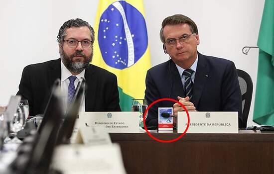 Em imagens divulgadas pelo Palácio do Planalto, Bolsonaro aparece na reunião de hoje, 26, segurando uma caixa de Reuquinol