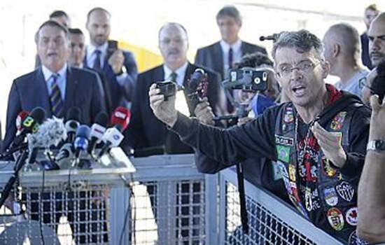 """""""É ele que vai falar"""", disse Bolsonaro, estimulando apoiador que hostilizava jornalistas"""