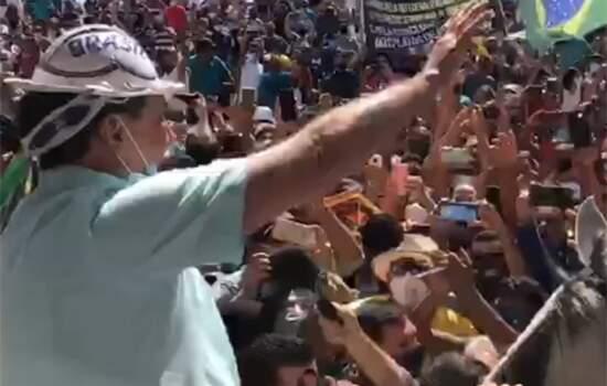 Bolsonaro tira m'ascara ao ser recebido po dezenas de pessoas no aeroporto do Piauí