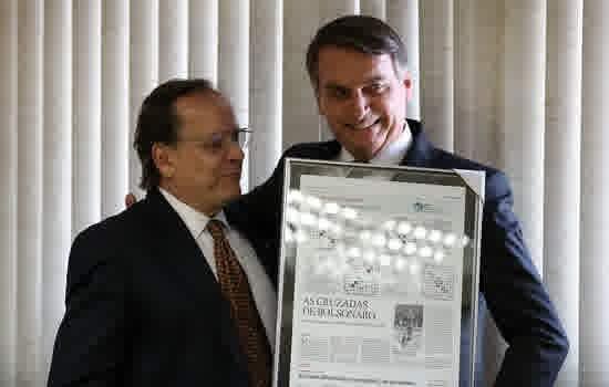 """Bolsonaro recebe lembrança do Diretor-Presidente do jornal """"O Estado de São Paulo"""", Francisco Mesquita Neto"""