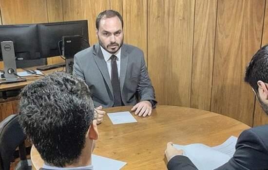 """Mesmo sem ter cargo no governo, Carlos Bolsonaro foi alocado em uma sala no terceiro andar do Palácio do Planalto, na antessala do pai, junto com o chamado """"gabinete do ódio"""","""