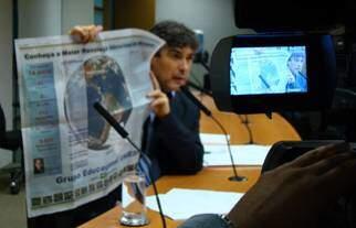 Durante a audiência, o deputado Carlos Giannazi exibiu o anúncio