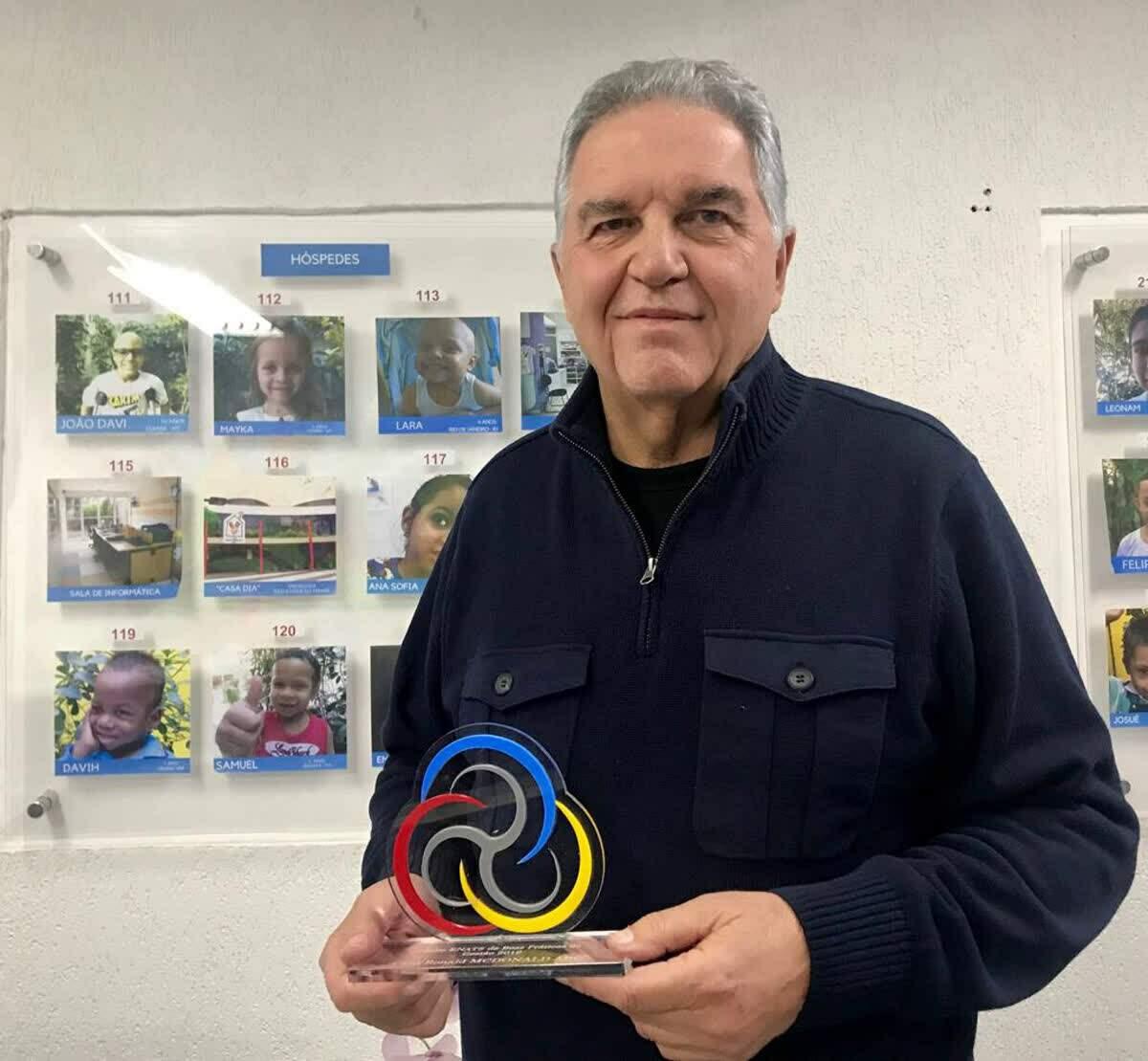 Nelson Tadeu Pereira com o Prêmio de Boas Práticas de Gestão