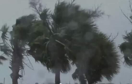 No início da manhã, o centro do furacão estava a cerca de 275 quilômetros de Wilmington, na Carolina do Norte