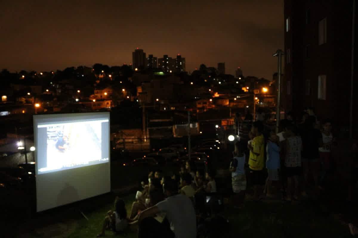 Sessão de cinema ao ar livre, promovida pelo MDDF