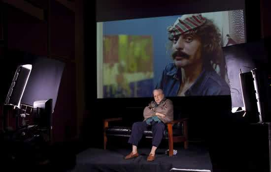 O ator e diretor Hugo Carvana em 'Éramos Todos Loucos': à frente em 2014 e, na projeção, em 1973