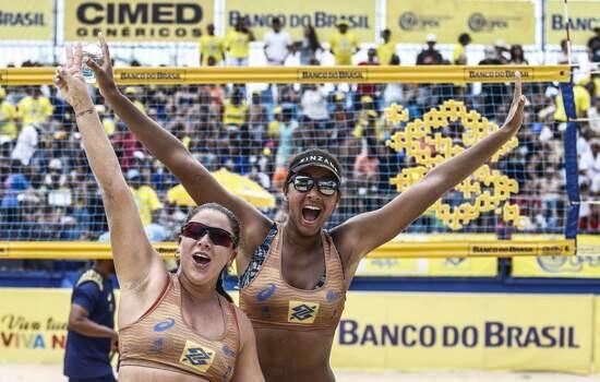 Rebecca (esq) e Ana Patrícia comemoram vitória no Circuito
