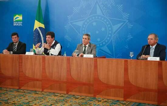 """""""Os ministros concordam plenamente com a posição do ministro Mandetta"""", interveio Braga Netto, , quando jornalistas cobraram uma resposta de Moro e Guedes"""
