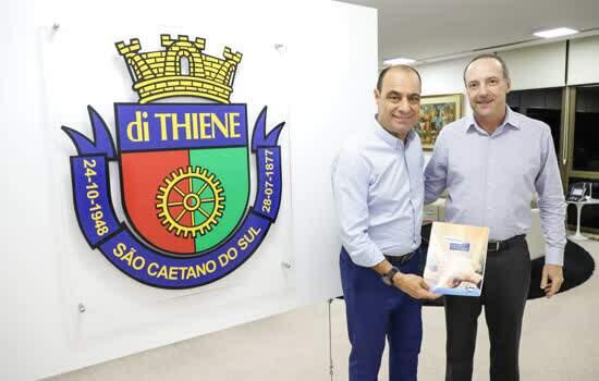Prefeito José Auricchio Júnior e  diretor-presidente da cooperativa de consumo, Marcio Valle