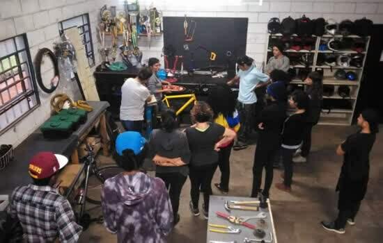 Alunos se formam em mecânica de bicicletas, aprendem conceitos de economia solidária e podem até planejar a abertura de um micro negócio.