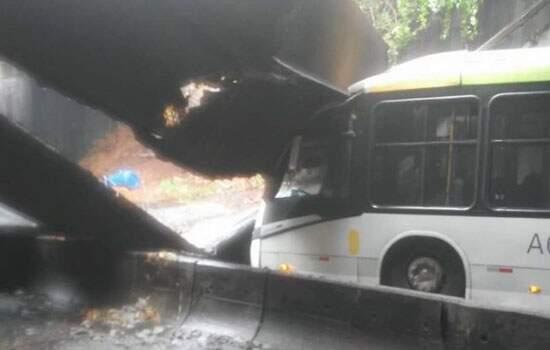Estrutura de concreto do túnel caiu sobre ônibus