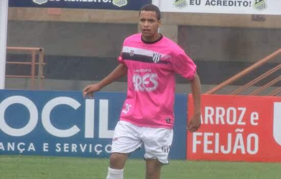 Volante Vitor comemora estreia no profissional