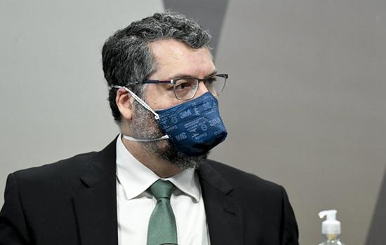 Ernesto Araújo disse que só em fevereiro ou março Bolsonaro falou sobre compra de vacinas