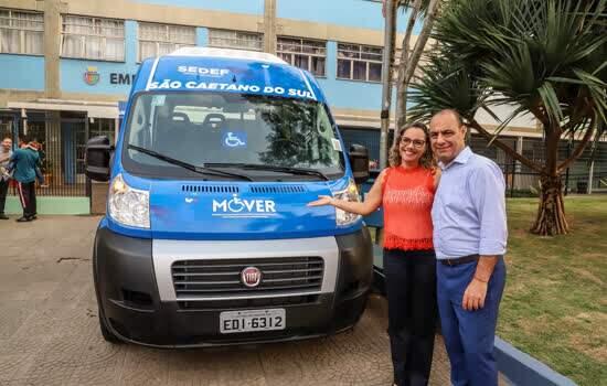 Adriana Fonseca, secretária da Sedef, e prefeito José Auricchio com van adaptada