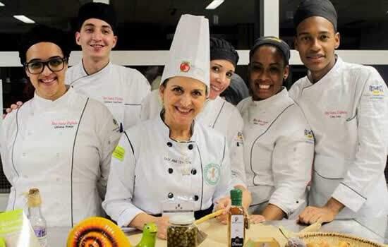 A cozinheira Ana Tomazoni (centro) volta ao evento em 2019 para mostrar a receita de uma pizza de tilápia; alunos da Etec auxiliam chefs nas preparações