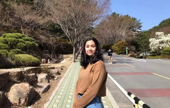 Geovanna Romero no campus da Universidade, em Seul; antes de iniciar o curso de Biologia, jovem precisa ser aprovada em coreano