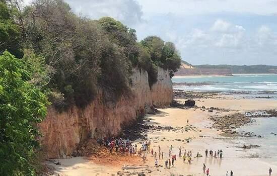 Após soterramento de casal e criança, bombeiros retiram pedras e  areia do local com ajuda de moradores