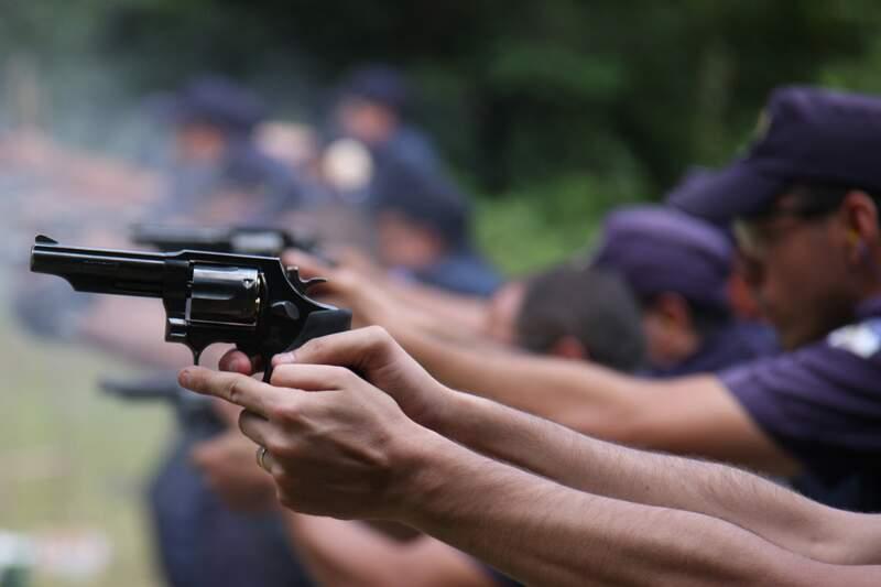 Guardas municipais de Santo André participam de aula prática de tiro; método existe há 30 anos e serve como reciclagem da corporação