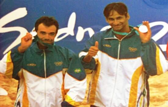 Zé Marco (esquerda) ao lado de Ricardo, com a prata nos Jogos de Sydney
