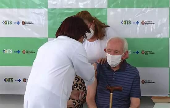 Somente 48,8% dos brasileiros com 90 anos ou mais conseguiram receber a imunização até agora