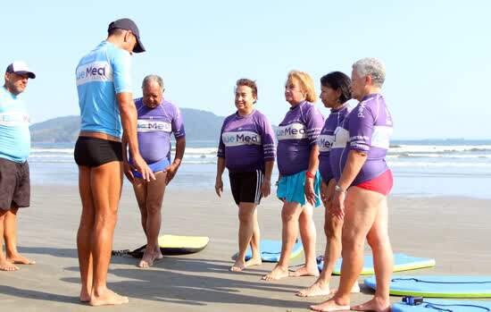 Idosos de Diadema participam de aula de Surf