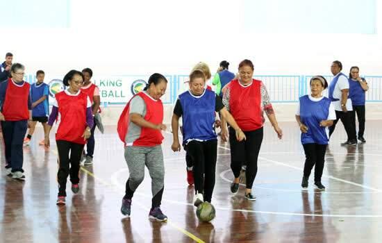 Idosos de Diadema praticam walking football