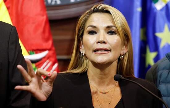 A senadora de oposição Jeanine Añez assumiu na noite desta terça-feira (12) a presidência interina da Bolívia