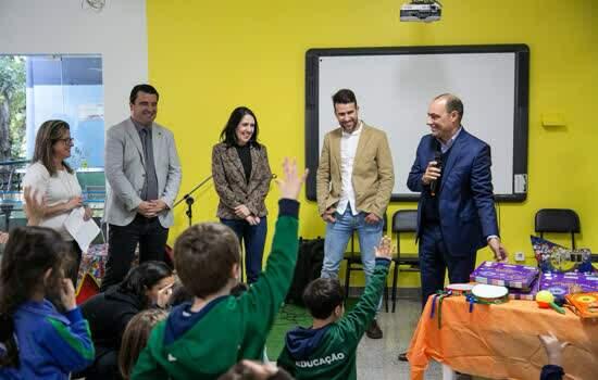 Prefeitura de São Caetano do Sul faz entrega de kit de educação musical Palavra Cantada na EMEI Emílio Carlos